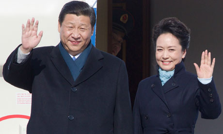 Xi Jinping and Peng Liyuan arrive in Moscow